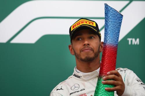 Гонщики «Формулы-1» прокатились побездорожью на«Ниве»