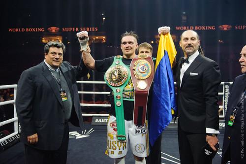 Усик признан боксером месяца по версии WBC