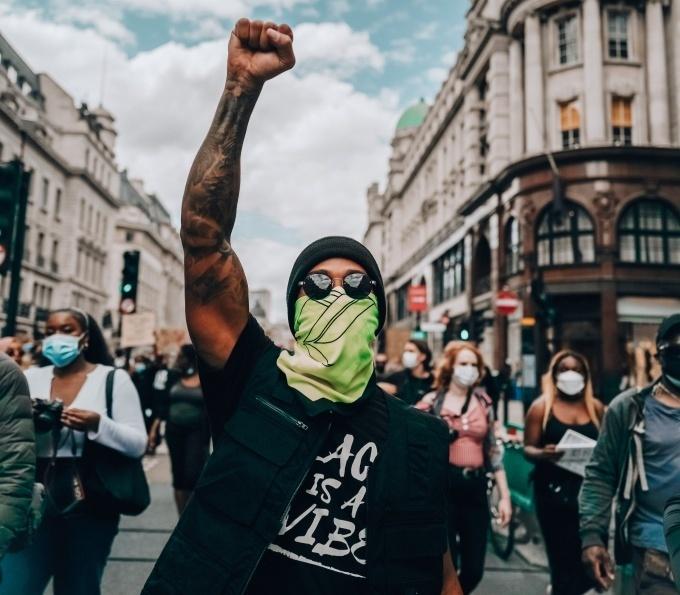 Хэмилтон вышел на протест против расизма - изображение 1