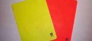 Футбольному судье показали желтую карточку