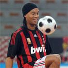 Роналдиньо хочет сыграть на стадионе Марадоны