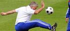 ФОТО ДНЯ: Хиддинк укрощает мяч