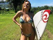ДЕВУШКА ДНЯ. Знойная серфингистка Алана Бланшар покоряет волны