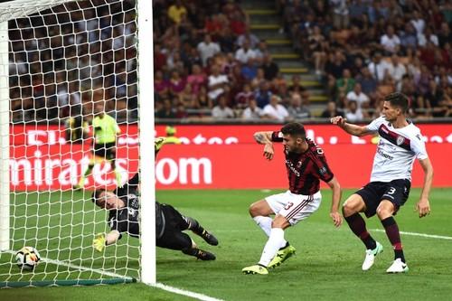 Милан дома уверенно обыграл Кальяри
