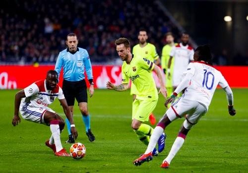 Лион и Барселона не сумели забить в первом матче 1/8 финала ЛЧ