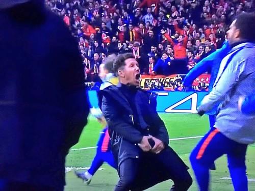 Диего Симеоне показал неприличный жест после гола подопечных