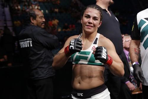 Претендентка на титул UFC Джессика Андраде женилась на девушке