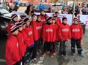 Видео. Юные хоккеисты массово попадали при выходе на лед