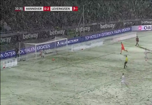 ВИДЕО ДНЯ. Мяч, летящий в пустые ворота, застрял в снегу