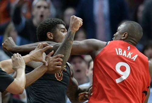 ВИДЕО ДНЯ. Баскетболисты НБА устроили драку во время матча