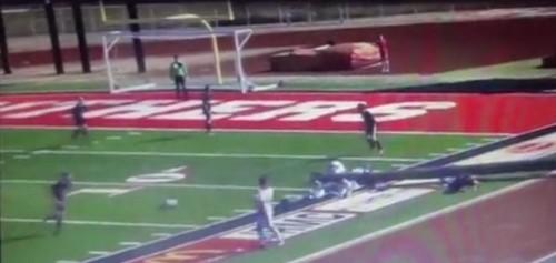 Видео. Упавший прожектор на футболе сломал ногу судье