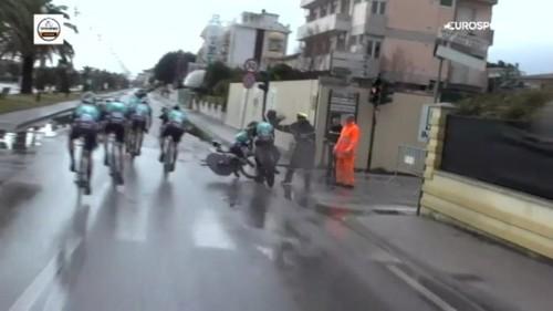 Видео. Пешеход стал причиной аварии на велогонке в Италии