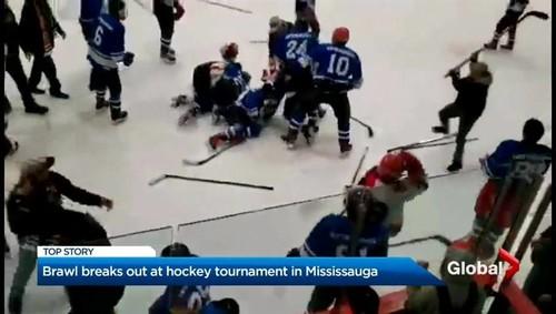 Видео. Хоккейный тренер с клюшкой бросился в массовую драку на льду