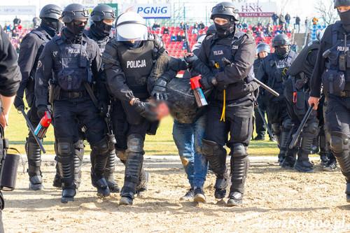 Скандальная выходка фанатов привела к срыву футбольного матча в Польше