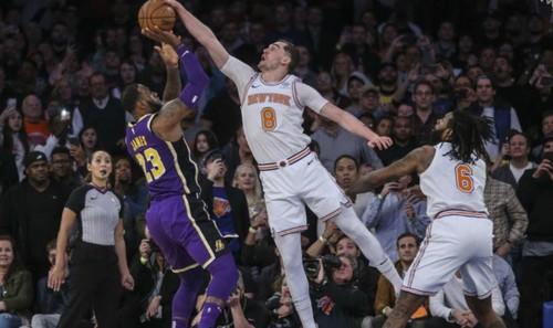 Блок Хезоньи Джеймсу в топ-10 дня НБА