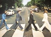 Звезды Милана повторили легендарное фото The Beatles