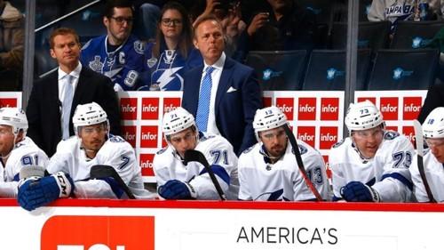 НХЛ. Тампа на фоне рекордного сезона продлила контракт тренера