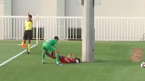 ВИДЕО. В ОАЭ футболист вылетел за поле и врезался в столб