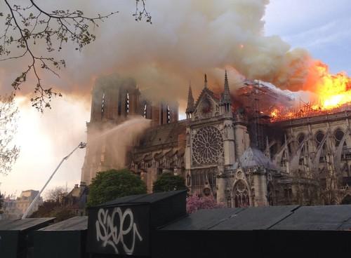 ПСЖ пожелал успеха пожарным, которые тушат Парижский собор