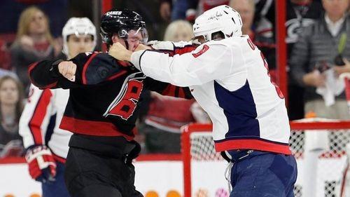 ВИДЕО ДНЯ. Овечкин нокаутировал Свечникова в поединке НХЛ