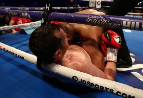 Дисквалифицирован боксер, укусивший соперника за живот