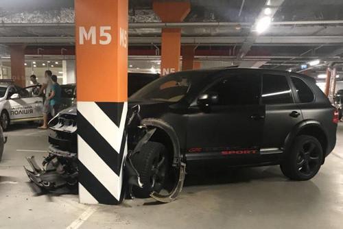 Футболист Олимпика разбил авто на парковке