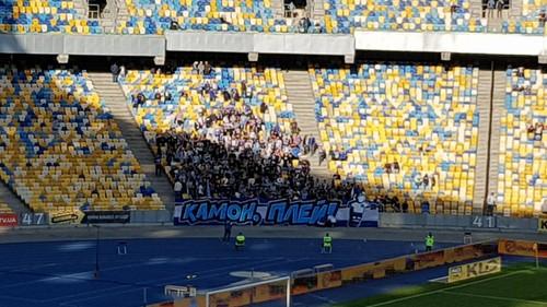 Фанаты Динамо вывесили во время матча с Десной плакат «Камон, плэй»