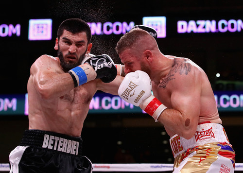 Бетербиев, побывав в нокдауне, победил Джонса