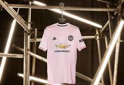 Манчестер Юнайтед презентовал розовую игровую форму