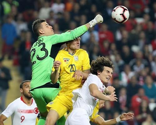 Лунин провел первый сухой матч за сборную Украины