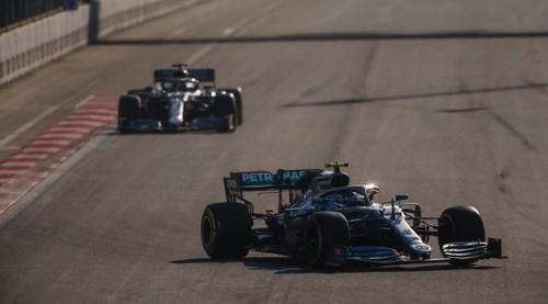 ВИДЕО. Яркая борьба Хэмилтона и Боттаса на старте гонки в Баку