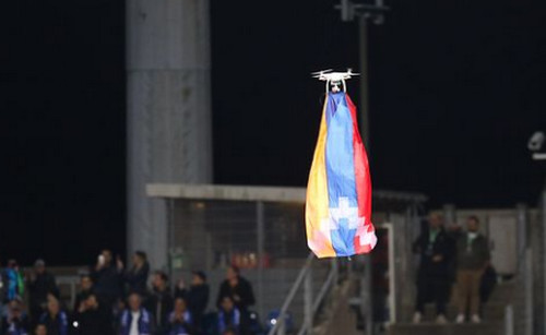 ФОТО. Матч Дюделанж — Карабах был прерван из-за дрона с флагом