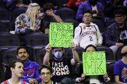Болельщика Филадельфии вывели из арены за плакат в поддержку Гонконга