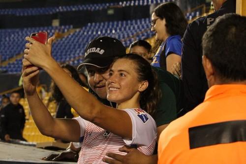 СКАНДАЛ ДНЯ. Фанат попросил фото с футболисткой и схватил ее за грудь