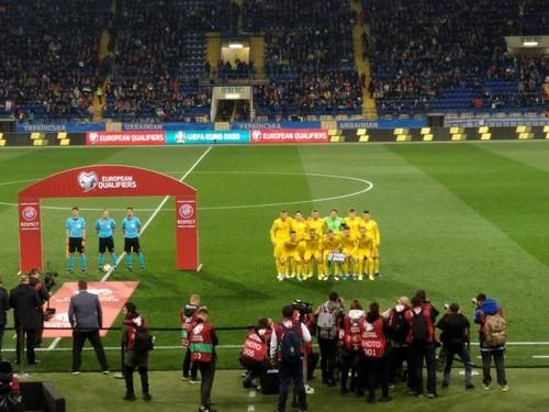 ВИДЕО. Перфоманс болельщиков во время гимна Украины в отборе ЕВРО