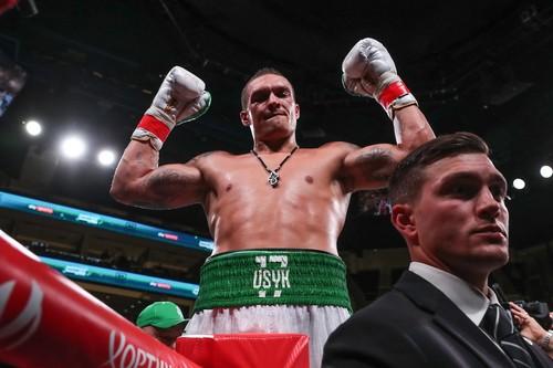 Усик досрочно победил Уизерспуна в дебютном бою в супертяжелом весе
