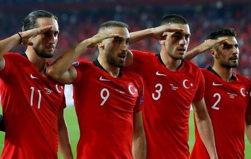 ФОТО. Турецьку збірну може чекати покарання за військове привітання