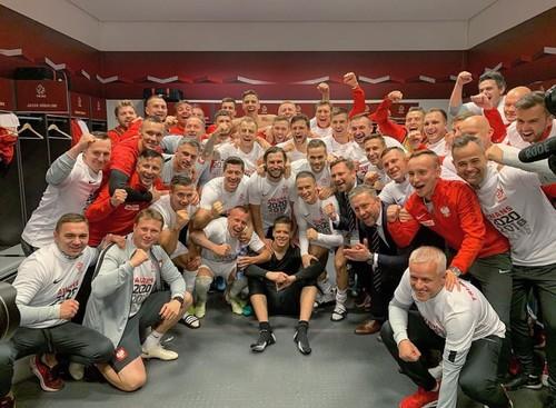 ВИДЕО. Песни и танцы игроков Польши после выхода на Евро-2020