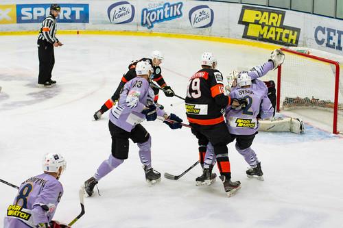 Кременчук зберіг лідерство в УХЛ, закинувши 8 шайб Вовкам