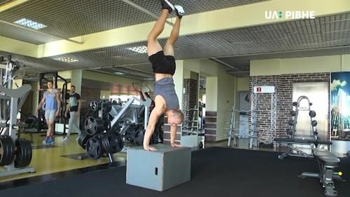 ВИДЕО. Спортсмен из Ровно исполнил сальто со штангой