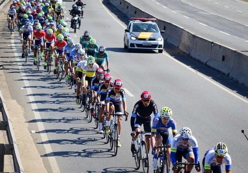 ВИДЕО. Как автомобиль налетел на велогонщика в Бразилии