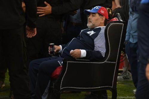 ФОТО. Марадона дивився матч своєї команди, сидячи на троні