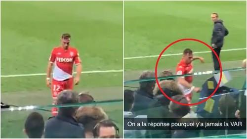 ВИДЕО. VAR виноват? Игрок Монако после удаления разбил VAR монитор