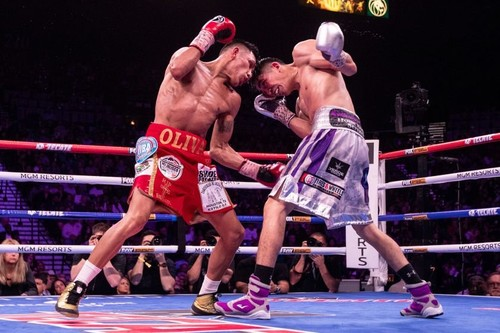 Лео Санта Крус победил Флореса и завоевал титул WBA
