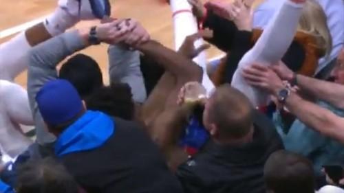 ВИДЕО. Как в НБА игрок упал на зрителей, а фанат продолжил пить пиво