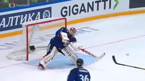 ВИДЕО. Как вратарь сборной Финляндии забросил шайбу шведам
