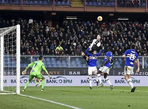 Ювентус победил в гостях Сампдорию, Роналду забил победный гол головой