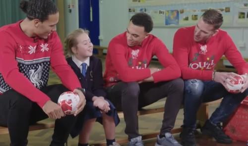 ВИДЕО. Ван Дейк, Адриан и Трент устроили рождественский сюрприз для детей