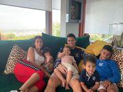 ФОТО. Роналду отдыхает на море в компании детей и Санта-Клауса