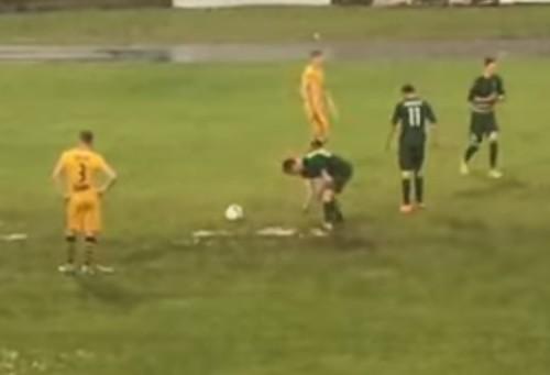 Курьез в Первой лиге. Перед пенальти игрок разгребал воду руками
